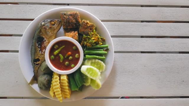 stockvideo's en b-roll-footage met gebakken vis shot op smartphone - bord serviesgoed