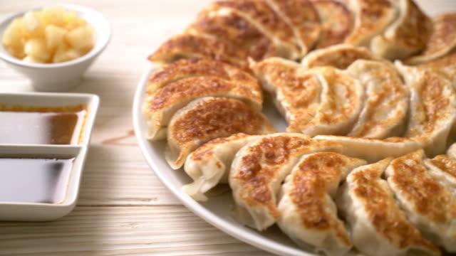 gebratene reinige gyoza oder knödel snack mit sojasauce im japanischen stil - kloß stock-videos und b-roll-filmmaterial