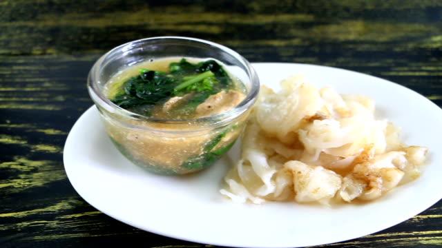 vídeos de stock e filmes b-roll de fried noodle with pork and broccoli - crucíferas