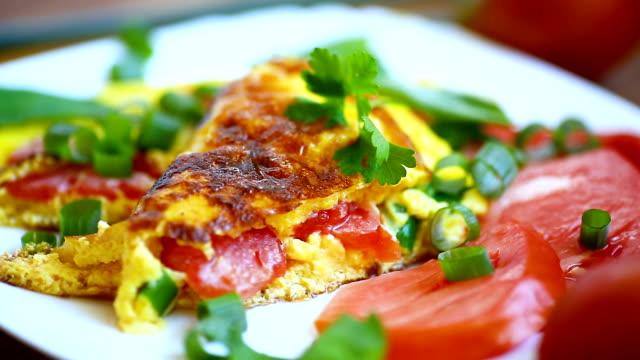 stekt omelett från hemgjorda ekologiska ägg med tomater och grön lök - fransk kultur bildbanksvideor och videomaterial från bakom kulisserna