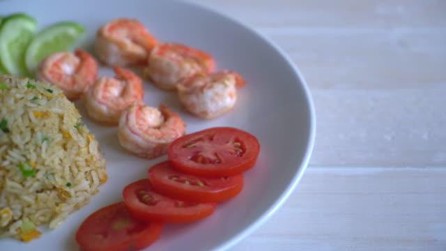 жареный рис с креветки  - white background стоковые видео и кадры b-roll