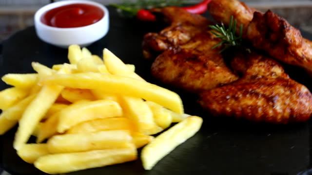 vídeos de stock, filmes e b-roll de fried assado frango asas fritas e molho - comida salgada