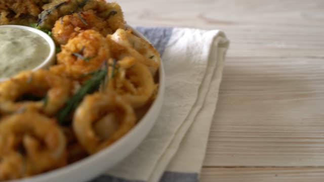 vidéos et rushes de fruits de mer frits (calamars, crevettes, moules) - bivalve