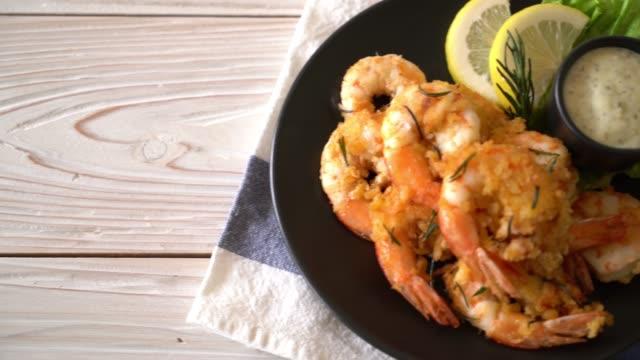 vidéos et rushes de crevettes frites avec sauce - aliment frit