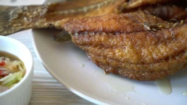 жареная рыба snapper с рыбным соусом - луциан стоковые видео и кадры b-roll