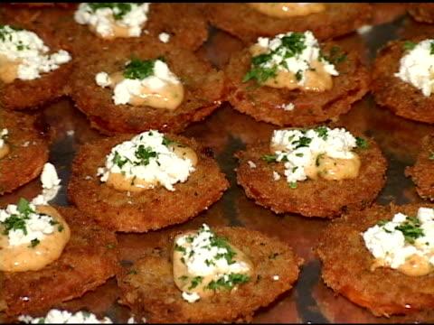 vidéos et rushes de beignets de tomates - aliment frit