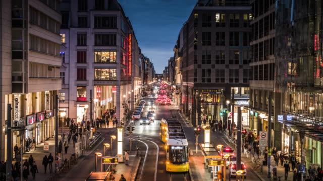 vídeos y material grabado en eventos de stock de friedrichstrasse en berlín, alemania - avenida