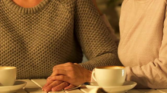 vän stödja gråtande kvinna, hjälp ge råd och erbjuda, närbild - coffe with death bildbanksvideor och videomaterial från bakom kulisserna