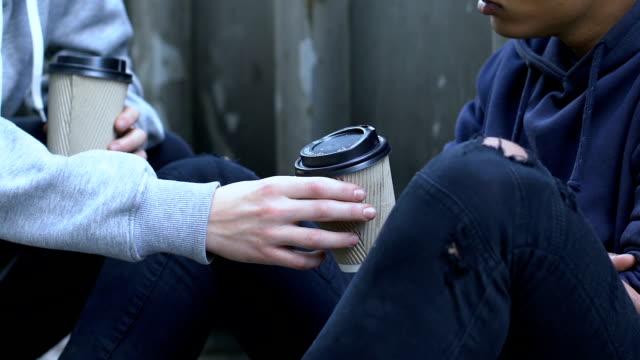 freundliche junge kaffee mit gefrorenen obdachlose kinder, menschliche hilfe, mitgefühl zu teilen - teenage friends sharing food stock-videos und b-roll-filmmaterial