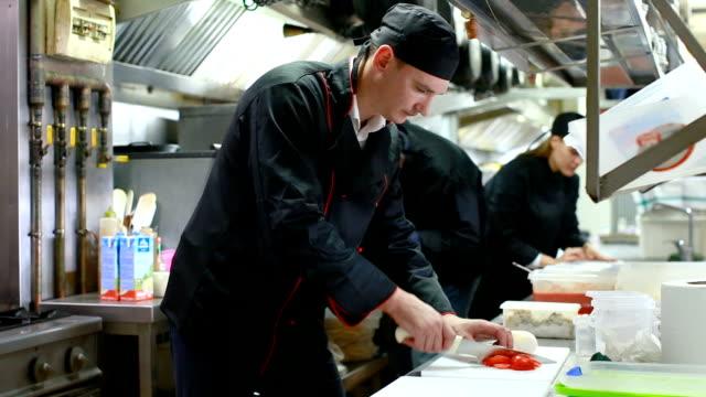 Cuisiniers amicaux dans le processus de cuisson - Vidéo