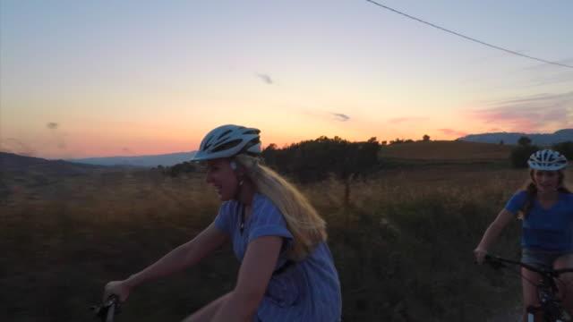friendly cycling competition - percorso per bicicletta video stock e b–roll