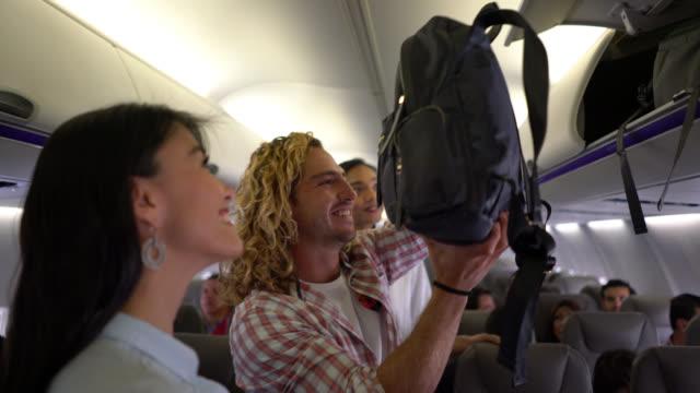 친절 한 승무원 승객의 자리는 몸짓과 부부 행복 찾고 - airplane seat 스톡 비디오 및 b-롤 화면