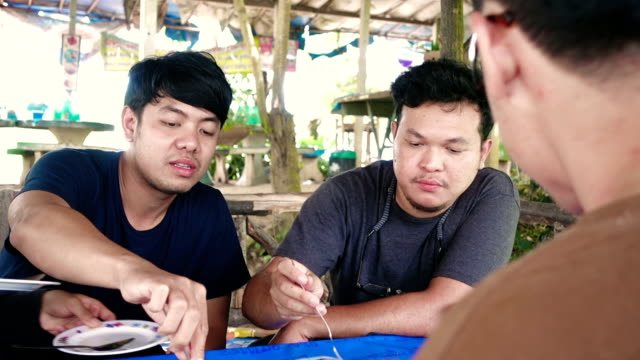 友人や家族の屋外ディナー パーティーで食べる - アジア旅行点の映像素材/bロール