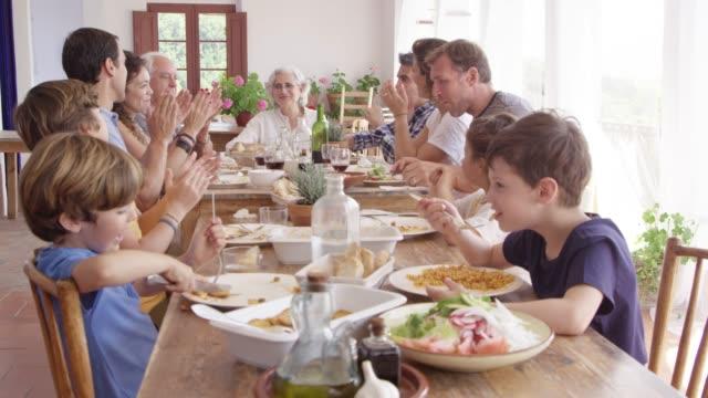 stockvideo's en b-roll-footage met vrienden en familie genieten van de lunch aan de eettafel - breakfast table