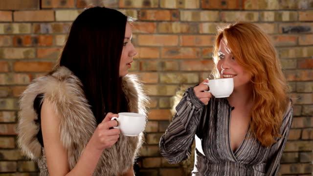 friends and tea - tefat bildbanksvideor och videomaterial från bakom kulisserna