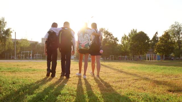 友達は、学校に行きます。彼らがあるたくさんの楽しいので、今日は学校で彼らの最初の日です。 - 新学期点の映像素材/bロール