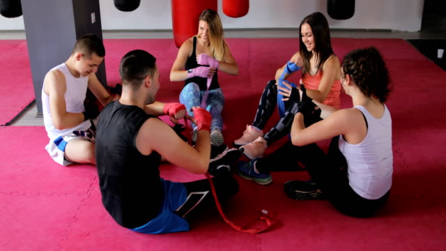 vídeos de stock e filmes b-roll de friends are preparing for training - boxe tailandês