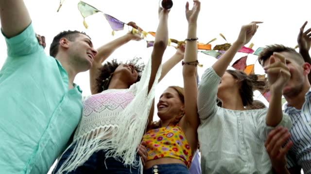 Amigos, en un Festival de música - vídeo