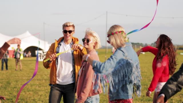 freunde im musik festival - musikfestival stock-videos und b-roll-filmmaterial