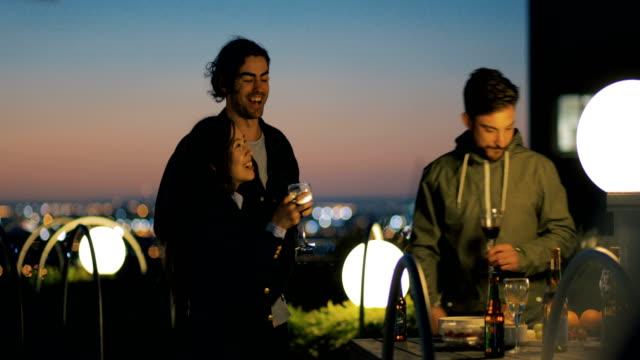 freunde auf einer party auf dem dach - dachgarten videos stock-videos und b-roll-filmmaterial