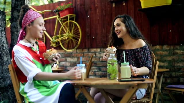 vänner på frukost på café - iskaffe bildbanksvideor och videomaterial från bakom kulisserna
