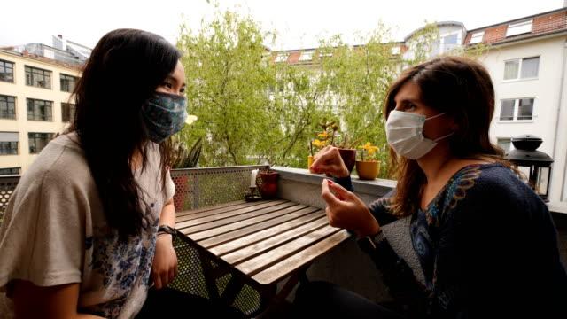 freunde zu hause sprechen mit einer maske - verantwortung stock-videos und b-roll-filmmaterial