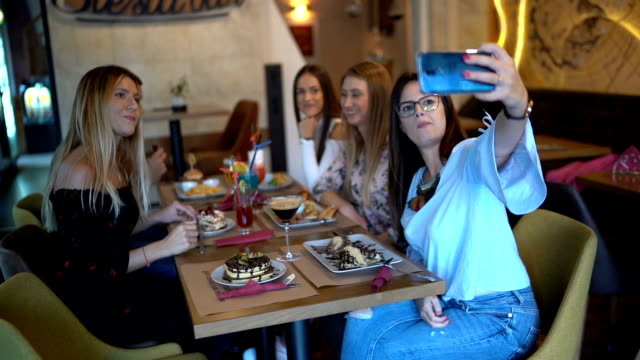 Friends at restaurant taking selfie - vídeo