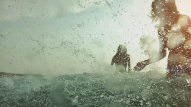 Freunde im Meer gehen schwimmen – Video