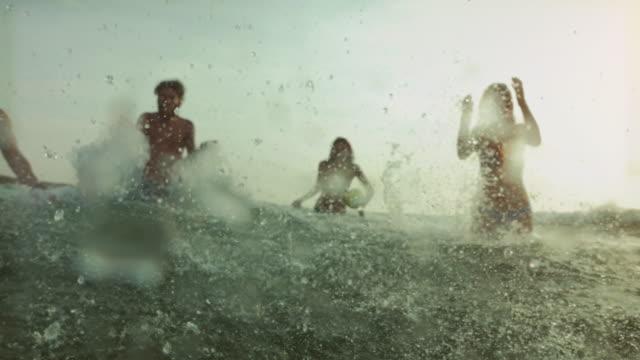 freunde im meer gehen schwimmen - ein bad nehmen stock-videos und b-roll-filmmaterial