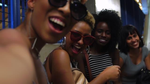 stockvideo's en b-roll-footage met vrienden bij metrostation - afro amerikaanse etniciteit