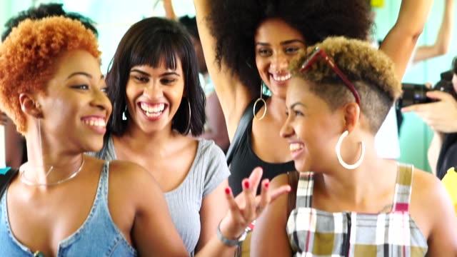 地下鉄での友人 - ブラジル文化点の映像素材/bロール