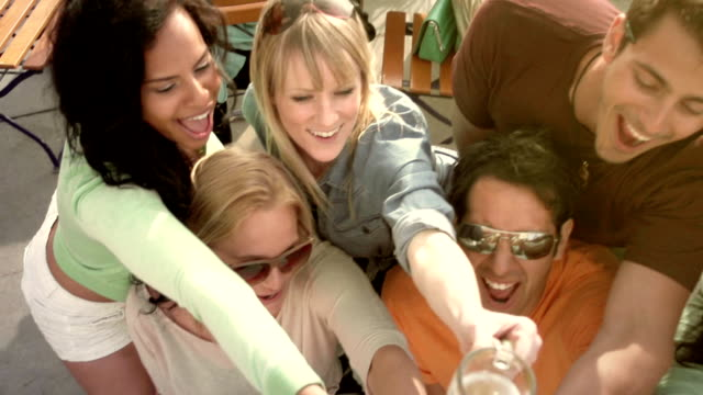 freunde bier-toast - spring break stock-videos und b-roll-filmmaterial