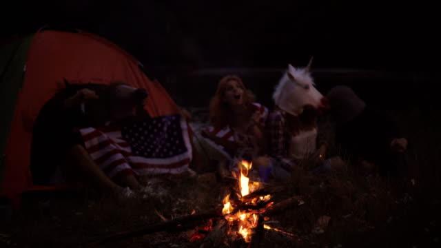 Amigos, acampar à beira do lago - vídeo