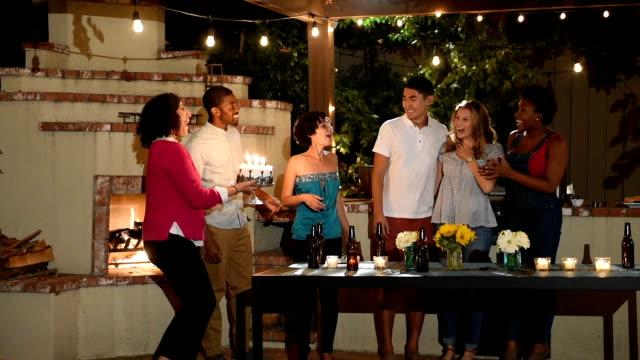 Amigos celebran cumpleaños en barbacoa de verano - vídeo