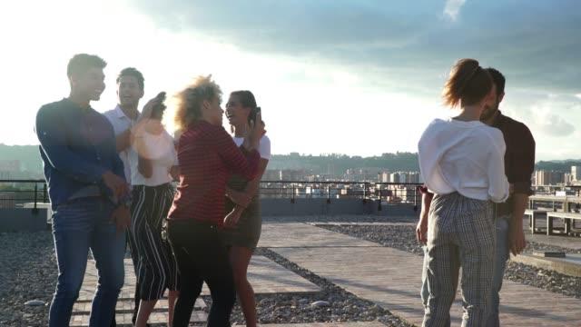 freunden zu feiern, tanzen auf dem dach - lateinische schrift stock-videos und b-roll-filmmaterial