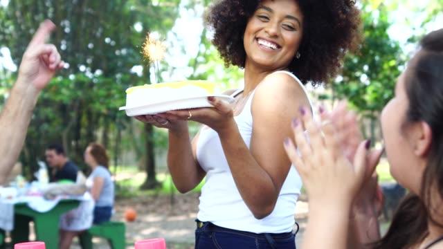 공원에서 생일 파티를 축 하 하는 친구 - 20 29세 스톡 비디오 및 b-롤 화면