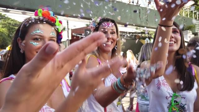 브라질에서 색종이와 카니발을 축 하 하는 친구 들 - 사육제 스톡 비디오 및 b-롤 화면