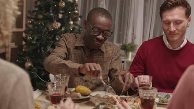 przyjaciele świętują nowy rok - four seasons filmów i materiałów b-roll