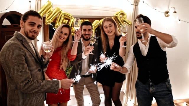 vidéos et rushes de amis, célébrer la fête du nouvel an à la maison - flûte à champagne