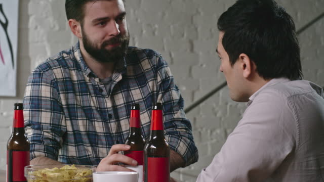 Friends Chatting and Drinking Beer Together - vídeo