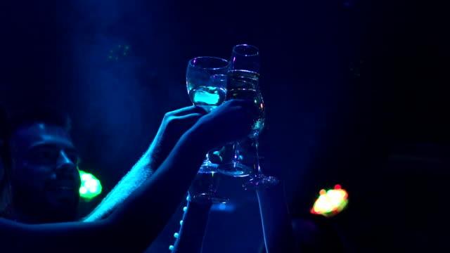 stockvideo's en b-roll-footage met vrienden clink glazen champagne op het feest. - dancing