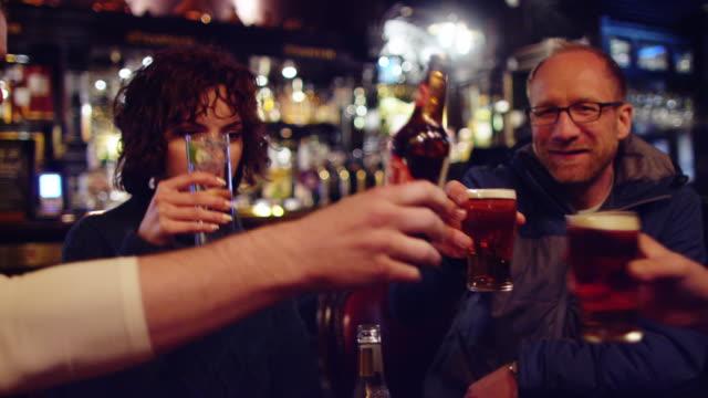 vänner som spottar glasögon i pub - pub bildbanksvideor och videomaterial från bakom kulisserna