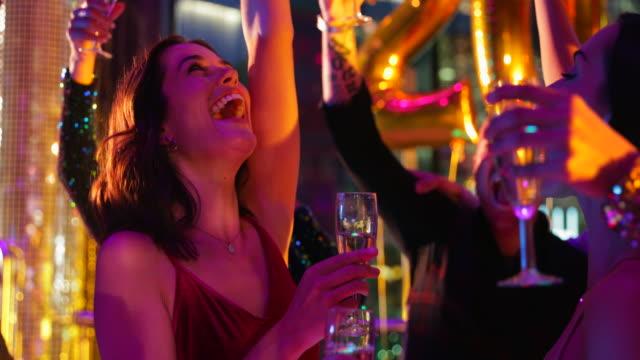 vidéos et rushes de amis de clubbing - soirées habillées