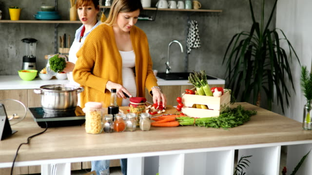 vídeos de stock e filmes b-roll de friends cooking for their cooking vlog - cooker happy