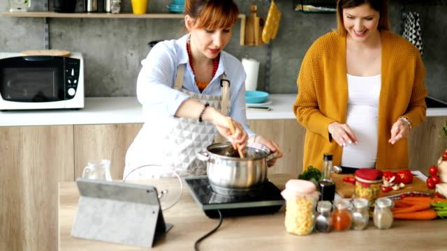 vidéos et rushes de amis cuisinant pour leur vlog de cuisson - recette