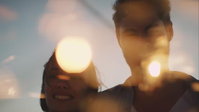 Amici dacing in giro con sparklers sulla spiaggia - video