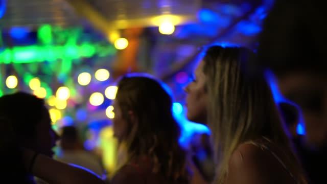 vänner dansa och ha roligt på nattklubb - dansbana bildbanksvideor och videomaterial från bakom kulisserna