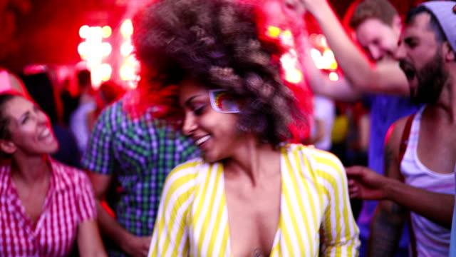 vänner dansa på en konsert. - nöjesklubb bildbanksvideor och videomaterial från bakom kulisserna