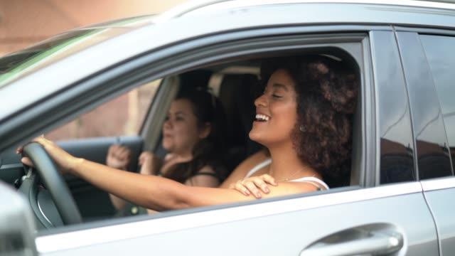 vídeos de stock, filmes e b-roll de amigos dançando no interior do carro - carro mulher