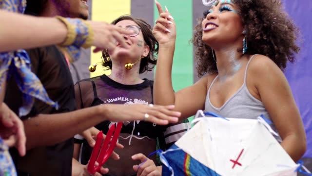 ブラジルのストリートカーニバルで踊る友達 - ブラジル文化点の映像素材/bロール